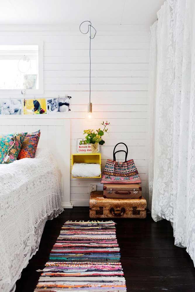 Um tapete de retalhos em formato de passadeira pode ser usado na cozinha e até na lateral da cama