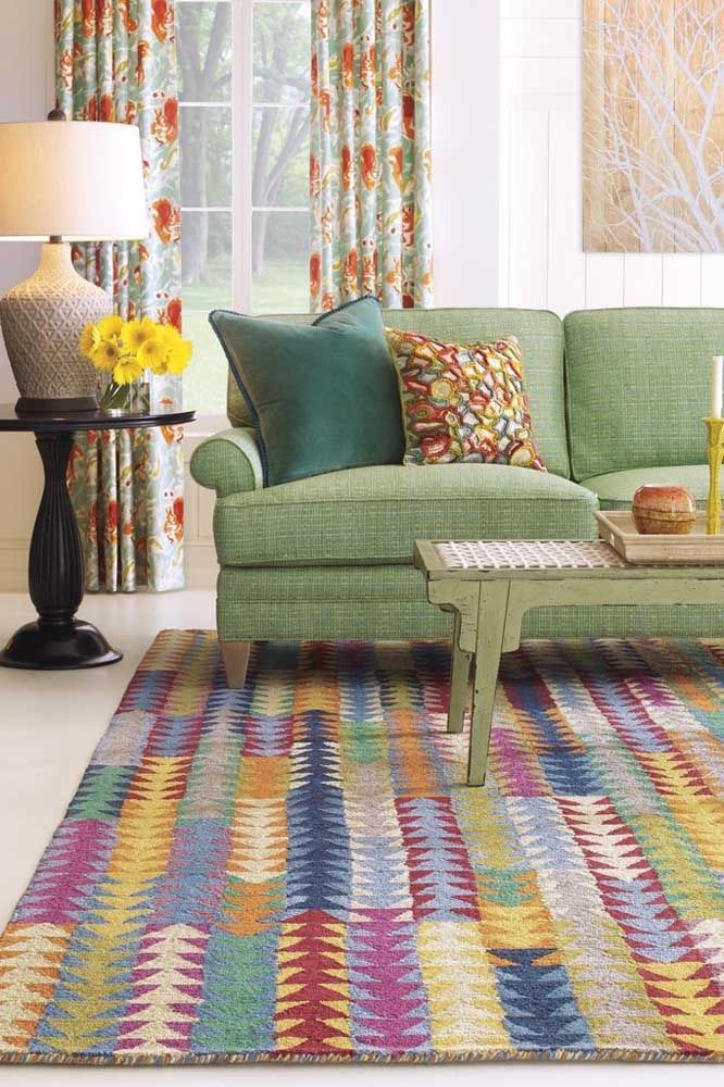 O toque retrô dessa sala começa pelas cores do tapete e sobe pelas mobílias