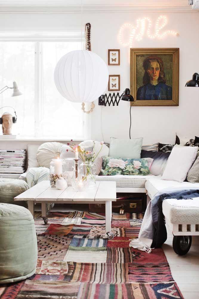 Um tapete de retalhos grande e bem colorido para cobrir todo o chão da sala