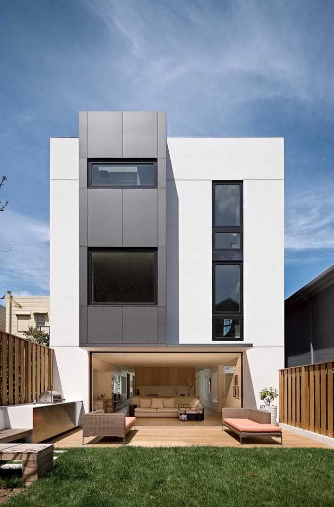 Com a platibanda é possível explorar diferentes tipos de acabamentos e cores para a fachada