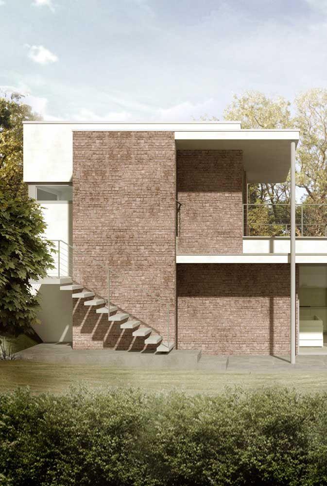 As linhas retas e modernas da platibanda não reduziram o aspecto rústico da fachada