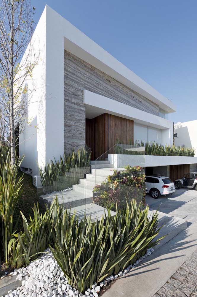 Vidro e concreto dão o tom dessa fachada com platibanda