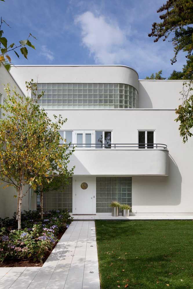 Os contornos arredondados da platibanda deixam a fachada com um toque futurista e contemporâneo