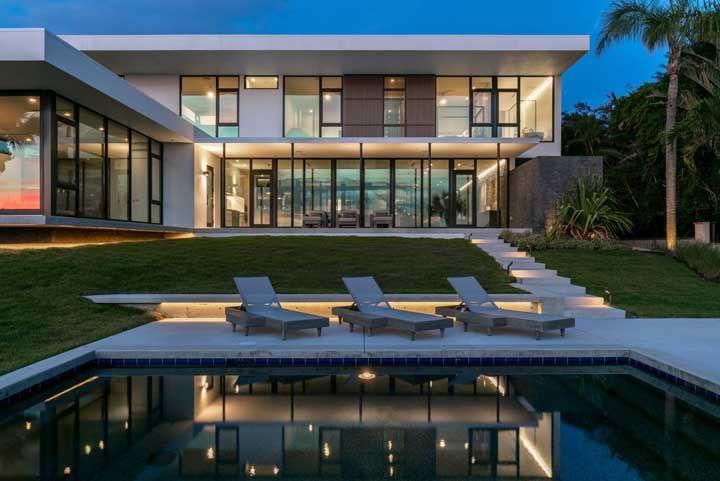 Fachada de vidro com platibanda: moderna, funcional e muito estética