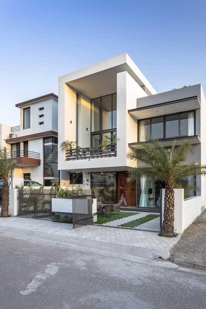 Uma típica casa moderna com platibanda