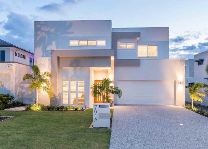Deixe que a natureza pinte o cenário que desejar na fachada da casa, começando pela platibanda