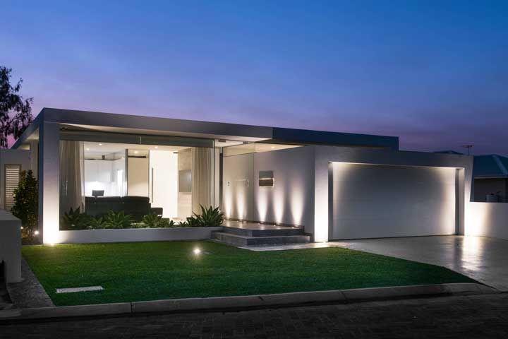 Luzes e vidro para realçar a beleza da fachada com platibanda