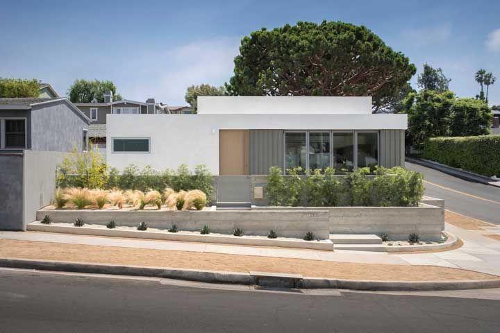 Quer inspiração para uma fachada com platibanda simples? Essa aqui então é perfeita