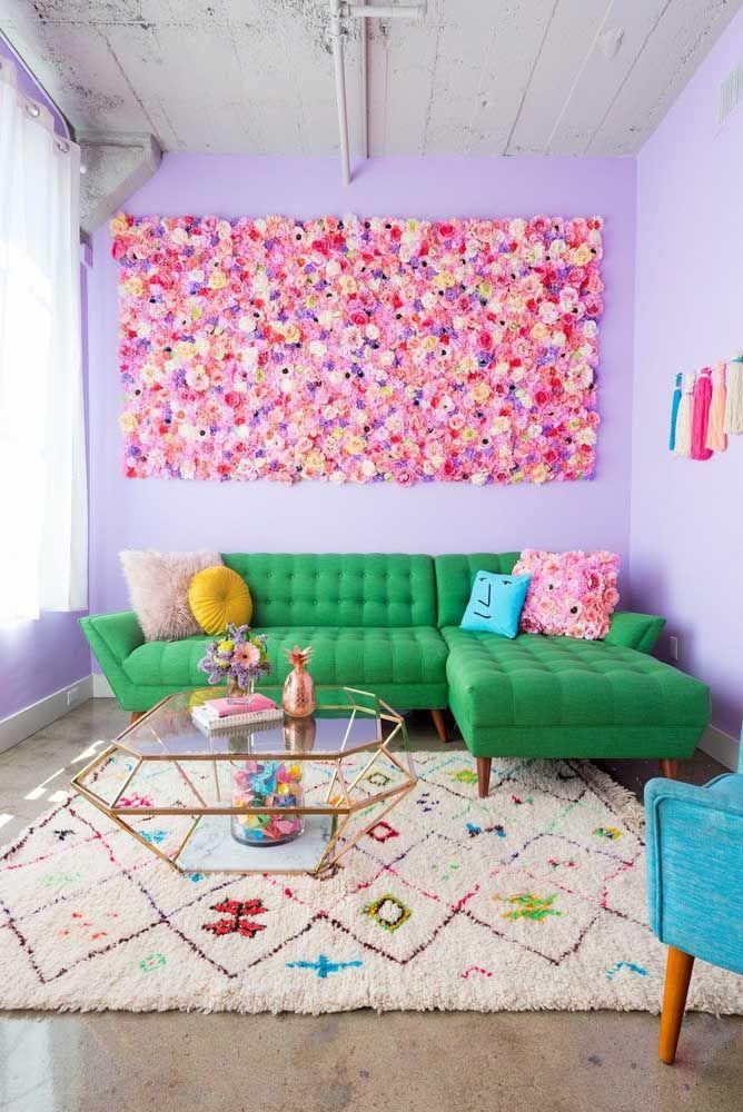 O quadro de flores artificiais tem uma conversa harmônica e tranquila com o restante da decoração da sala que apostou em tons vivos e uniformes, sem estampas