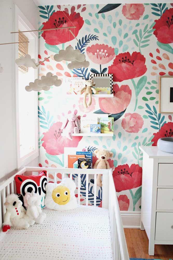 As grandes e vivas flores de papoula são o destaque desse quartinho infantil; uma prova de que a estampa floral se encaixa em qualquer ambiente da casa