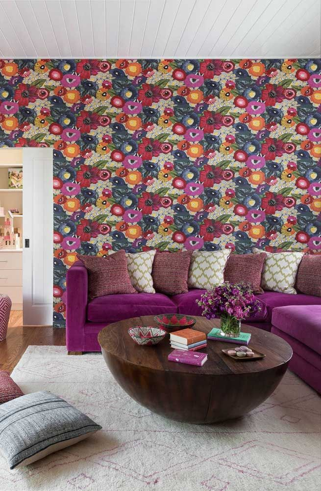 Mas se você quer criar uma decoração de impacto inspire-se nessa proposta: estampa floral colorida e vibrante com tons de roxo predominando na base