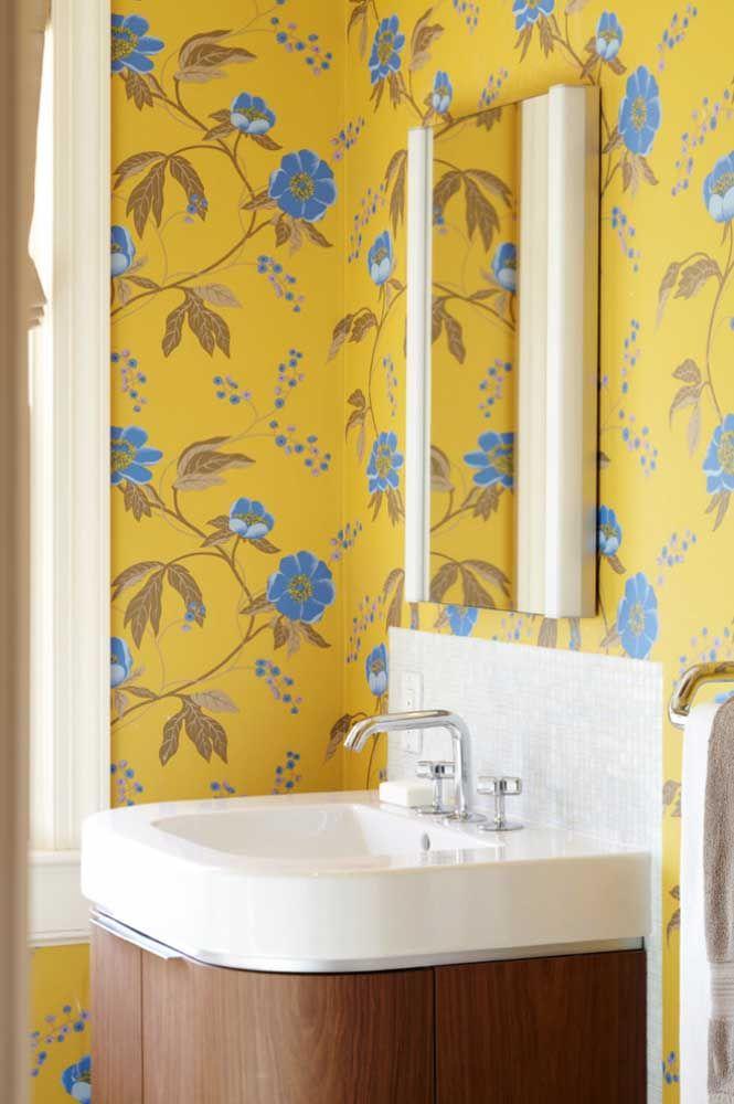 E o que acha de levar a estampa floral para o banheiro?