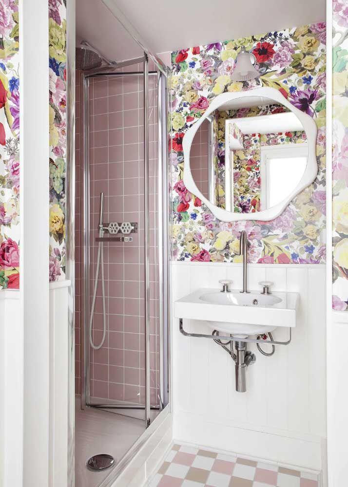 Nesse outro banheiro a estampa floral foi combinada com o padrão geométrico dos azulejos, mas repare que as cores estão em total equilíbrio