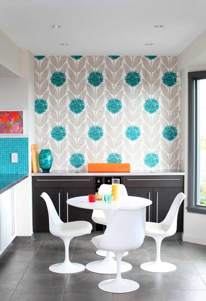 Para a sala de jantar moderna, uma estampa floral azul e cinza