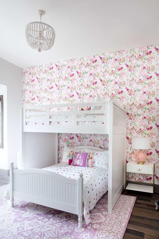 O quarto infanto juvenil apostou em uma decor de estilo provençal com móveis brancos e estampa floral delicada