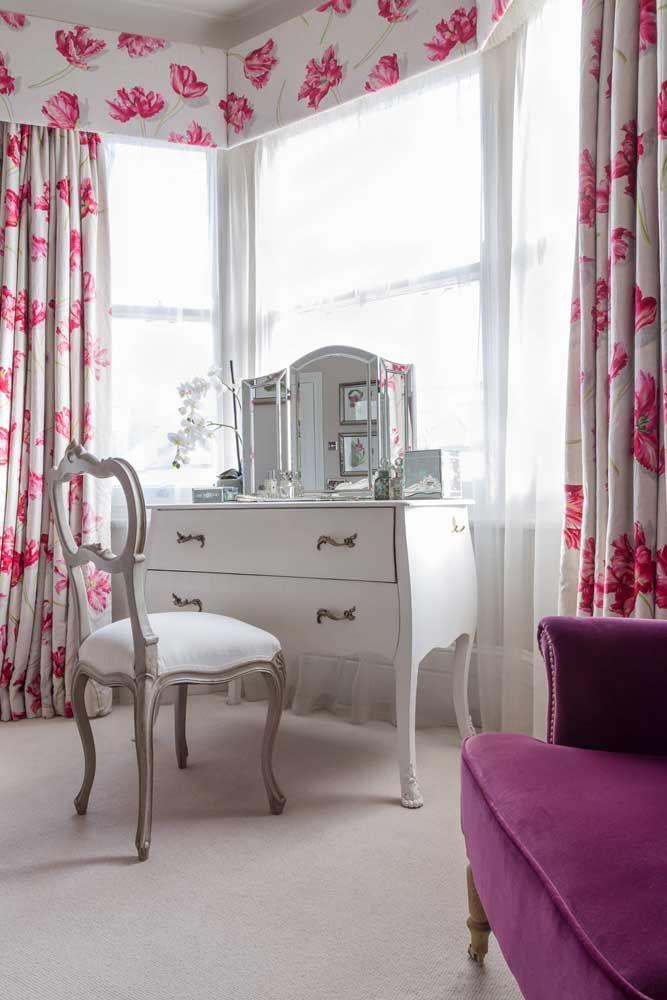 Um quarto ao melhor estilo clássico com móveis Luis XVI e cortinas de estampa floral