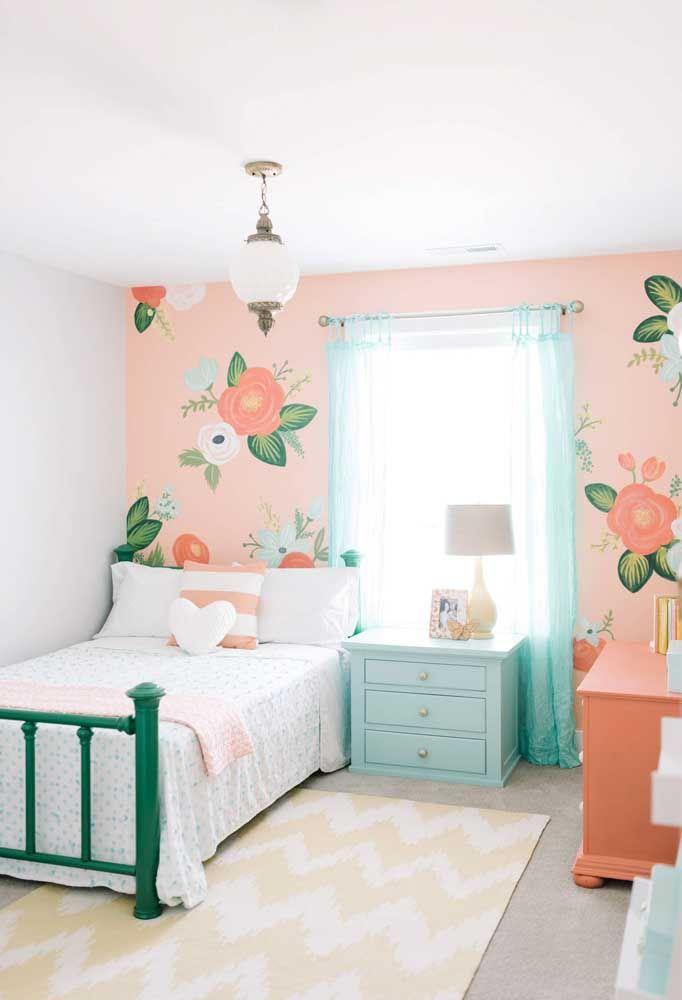 O que acha de grandes flores pintadas na parede para decorar o quarto infantil? Diferente não é mesmo?