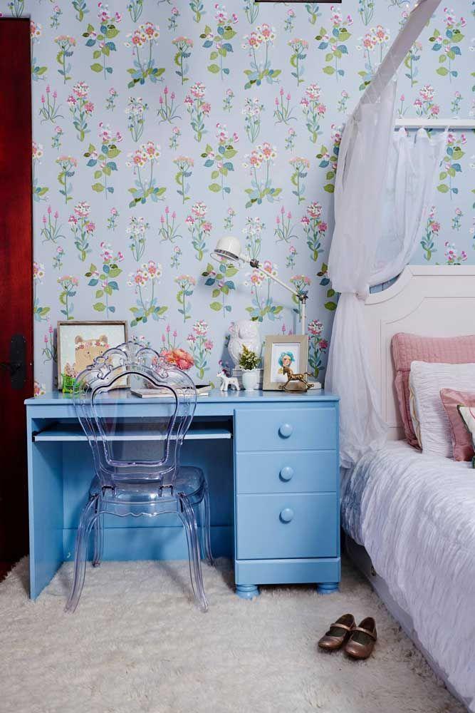 O fundo azul claro do papel de parede florido traz ainda mais calma e tranquilidade ao ambiente