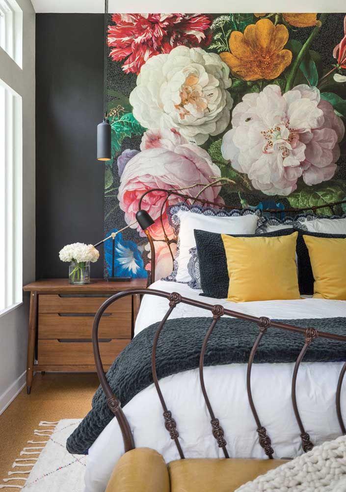 A presença marcante do painel de flores na cabeceira reflete a personalidade dos moradores do quarto