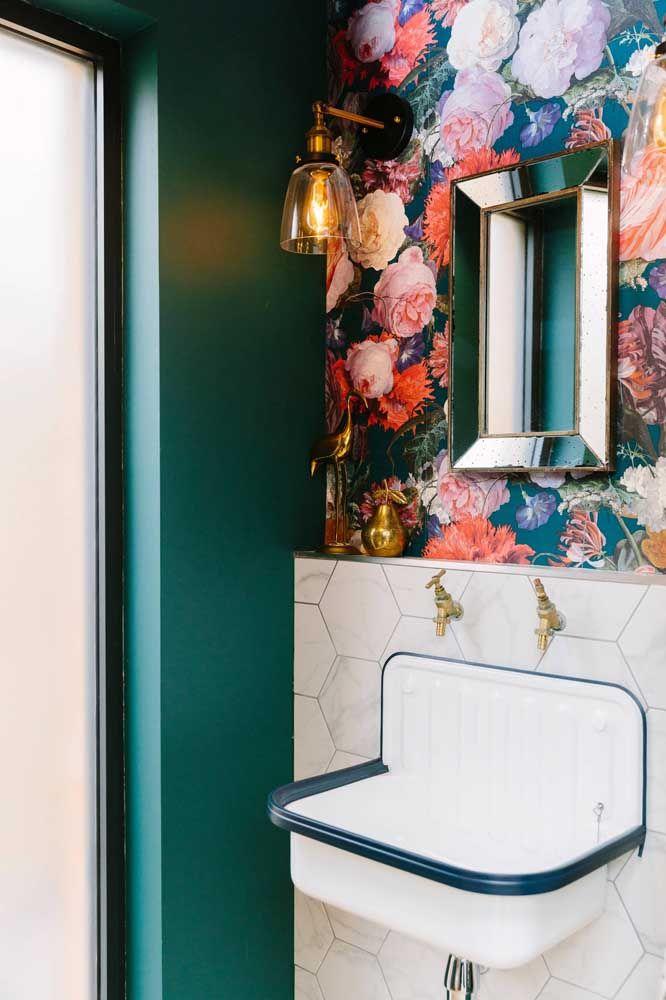 Retrô, elegante e glamouroso: esse lavabo com papel de parede florido mostra como é possível fazer uma decoração de arrasar com poucos elementos