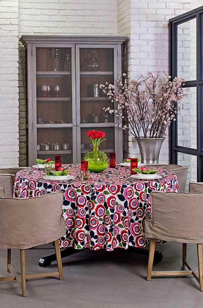 Uma maneira descomplicada de usar a estampa floral é na toalha de mesa, cansou é só tirar