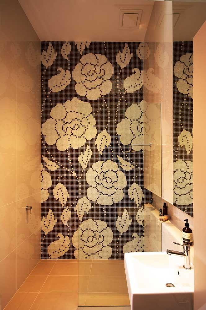 Estampa floral na área do banho: uma boa ideia!