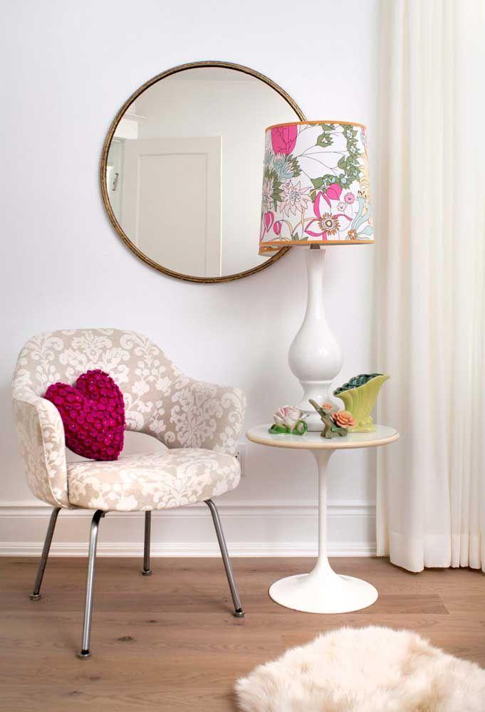 Deixe aquele cantinho da casa mais charmoso usando um abajur com estampa floral
