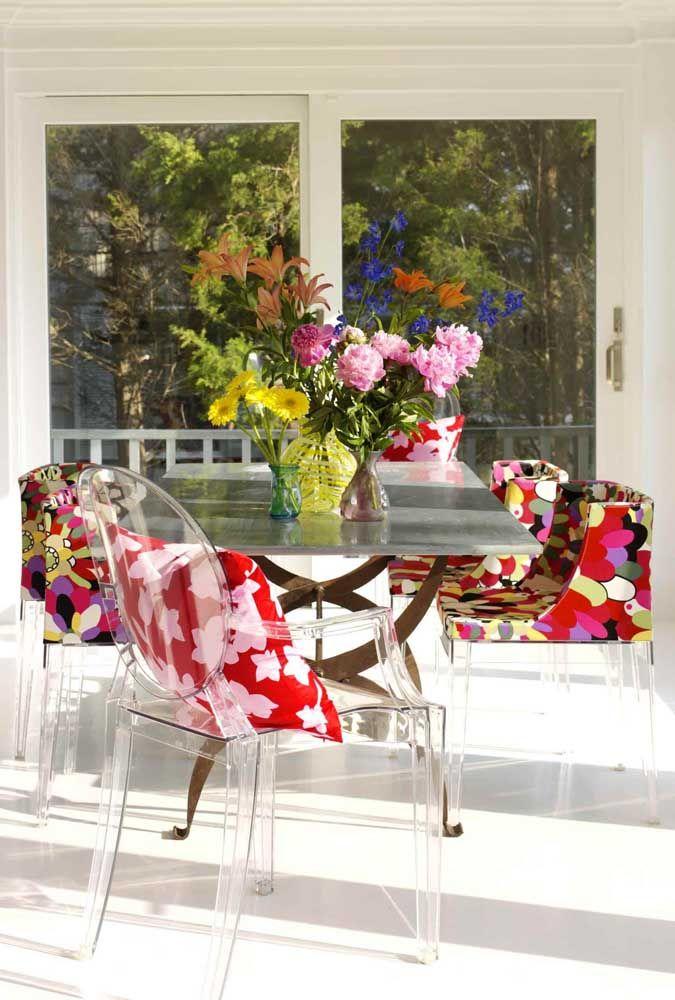 Olha aí como fazer uma decoração floral moderna, vibrante e cheia de charme para a área externa