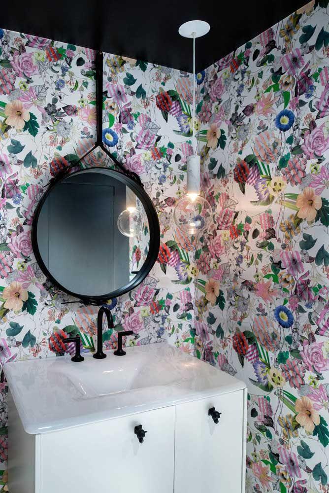 Aquele lavabo florido e moderno para prender a atenção das suas visitas