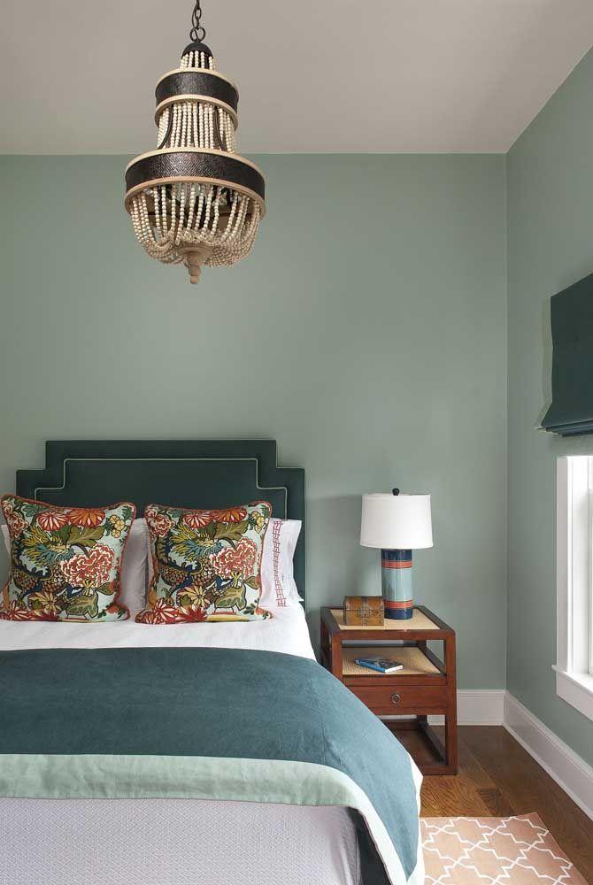 O quarto de casal em tom sobre tom de verde contou com a ajuda discreta, mas fundamental, das almofadas com estampa floral