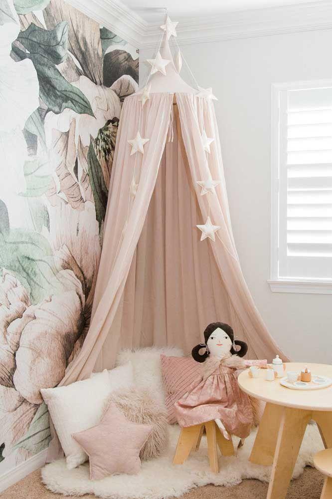 Nesse quarto infantil, a estampa floral na parede é parte essencial da decoração