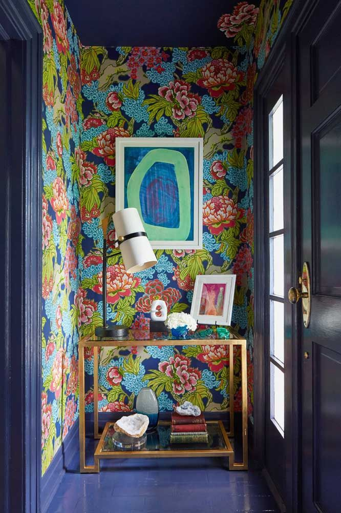 O fundo azul da decoração traz força e personalidade para o ambiente complementado com a estampa floral de tons contrastantes