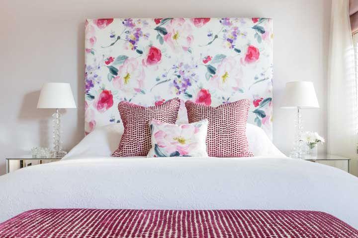 Ponha a mão na massa e faça sua própria cabeceira com estampa floral, aproveite o restinho de tecido que sobrar para fazer uma almofada