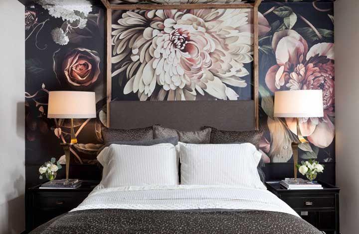 A estampa floral marcante desse quadro ganhou ainda mais destaque com a moldura em torno de uma de suas flores