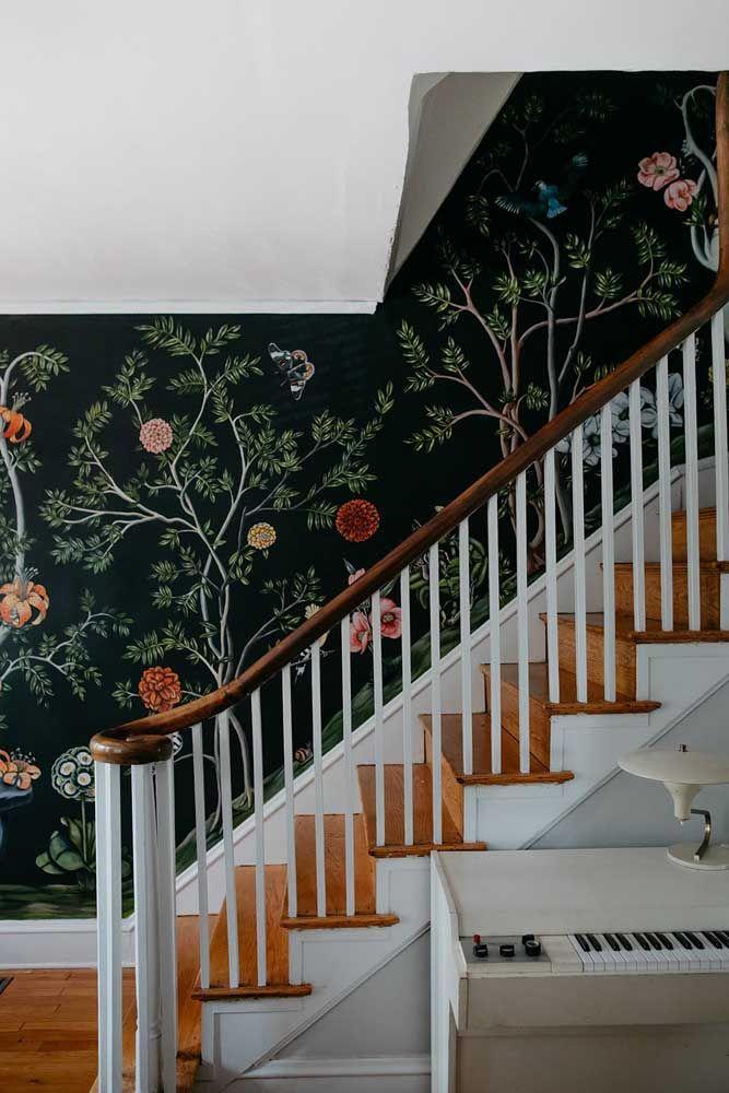 O papel de parede florido e moderno adorna a passagem para o andar de cima da casa