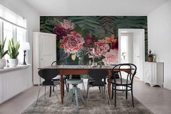 A sala de jantar ampla e de base branca ganhou uma estampa floral viva, marcante e para lá de elegante