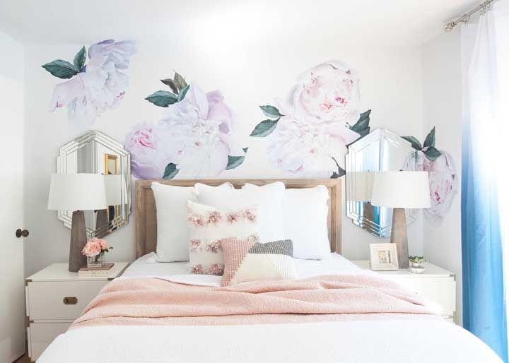 As peônias gigantes na parede deixam o quarto do casal romântico, mas sem abrir mão do estilo moderno