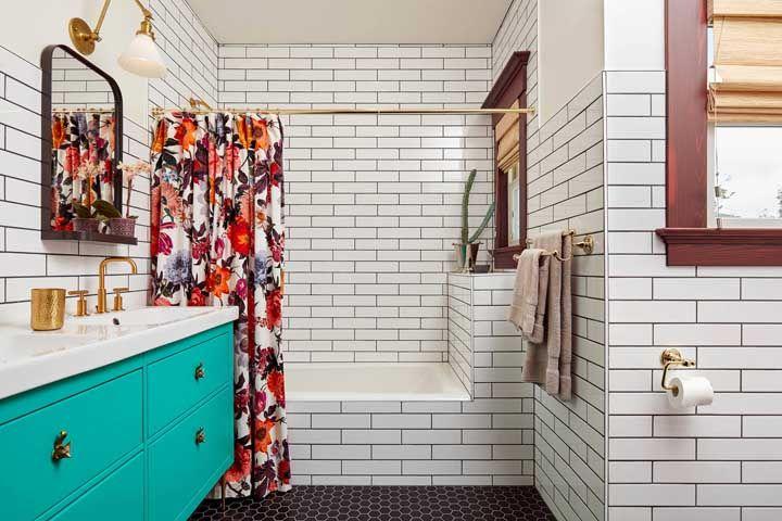 O banheiro retrô ganhou uma cortina com flores grandes e bem coloridas