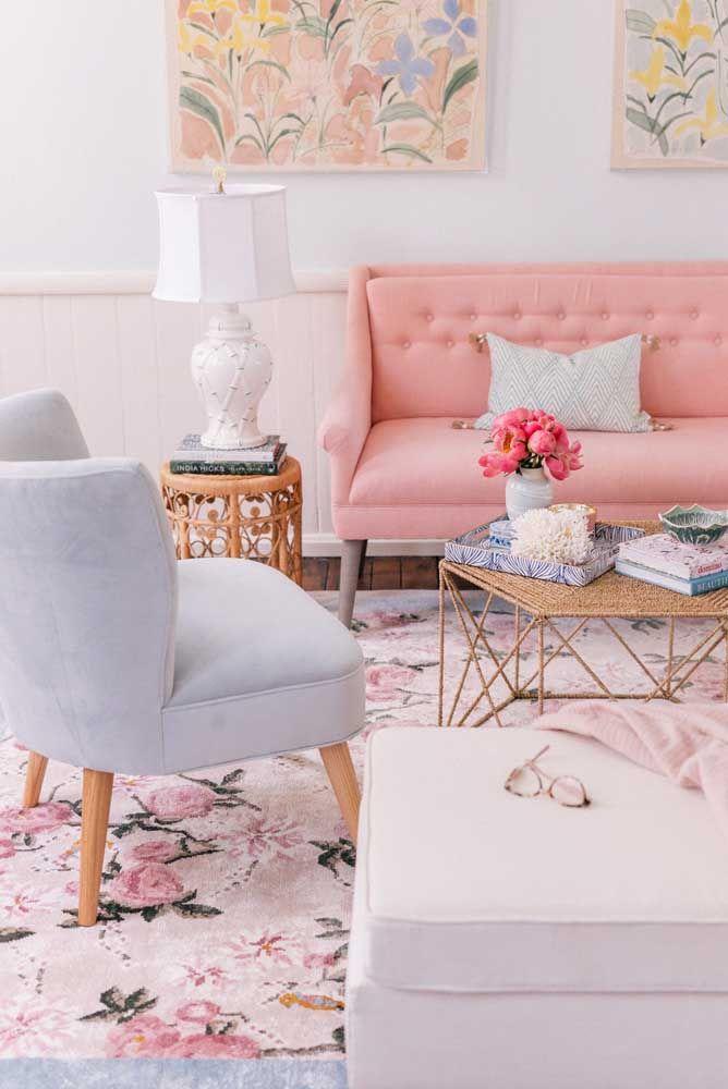 Um pouco mais inusitado, mas ainda assim muito charmoso: estampa floral no tapete e nos quadros; repare que a mobília não foge dos tons propostos pelas estampas
