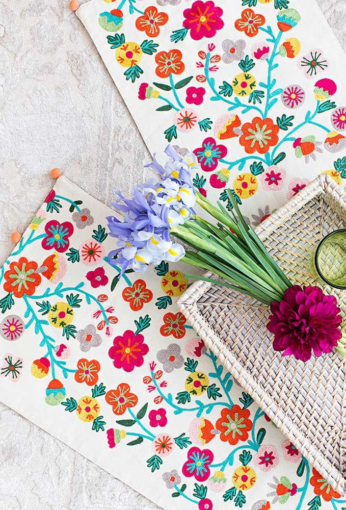 Aqui, as flores naturais compartilham espaço com a cartela de adesivos florais; use-os onde e como quiser