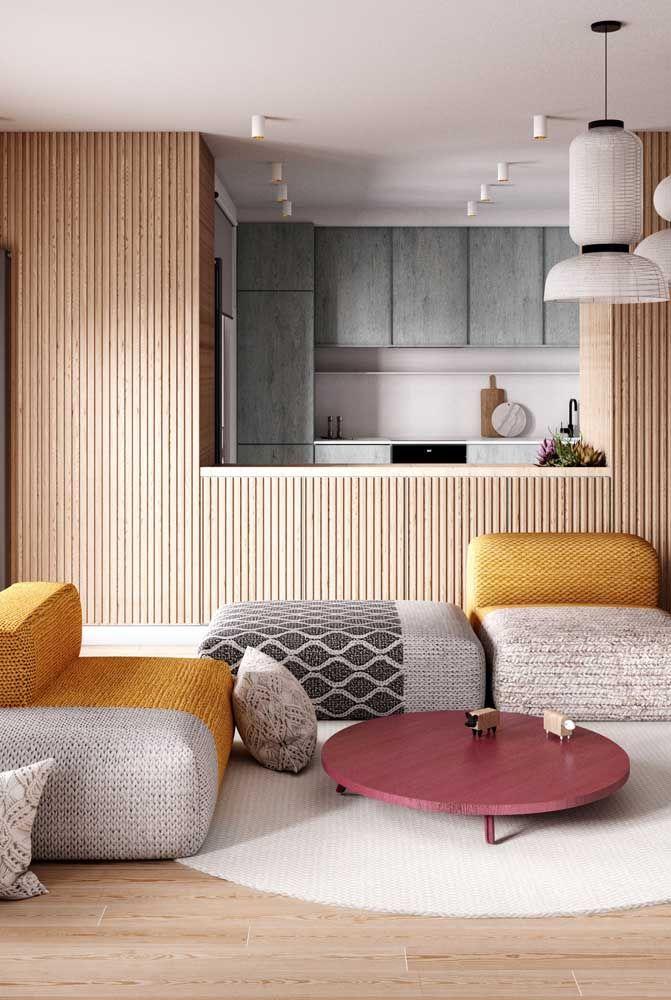 Uma opção interessante é usar um sofá em L com módulos móveis que permitem composições diferenciadas