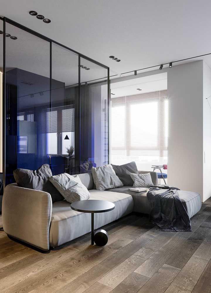 O sofá com braços laterais traz um conforto a mais para o móvel
