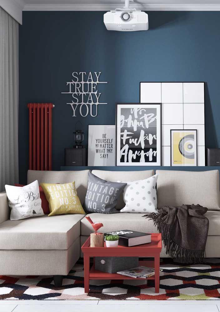 Sofá em L de tom neutro para a sala moderna; complete a decoração com almofadas e outros detalhes de cores alegres