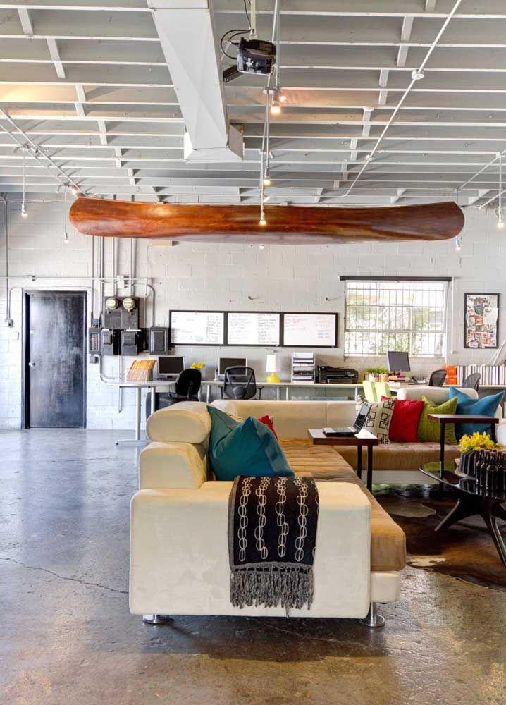 O ambiente integrado de estilo industrial soube como tirar proveito do sofá em L branco