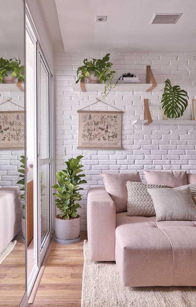 A decoração clean e delicada dessa sala optou por um sofá de canto em tom de rosa delicado.