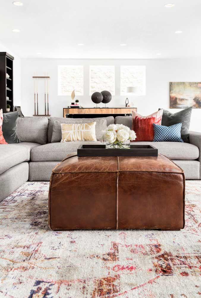 Deixe a sala com sofá em L ainda mais confortável usando um tapete que cubra toda a região central