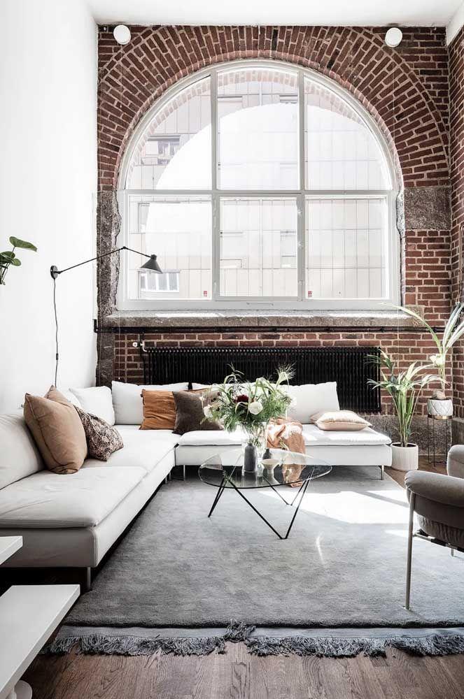 As linhas retas desse modelo de sofá de canto revelam uma sala elegante, moderna e muito acolhedora
