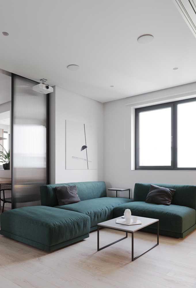 Já pensou em um sofá em L verde escuro? Então considere essa possibilidade