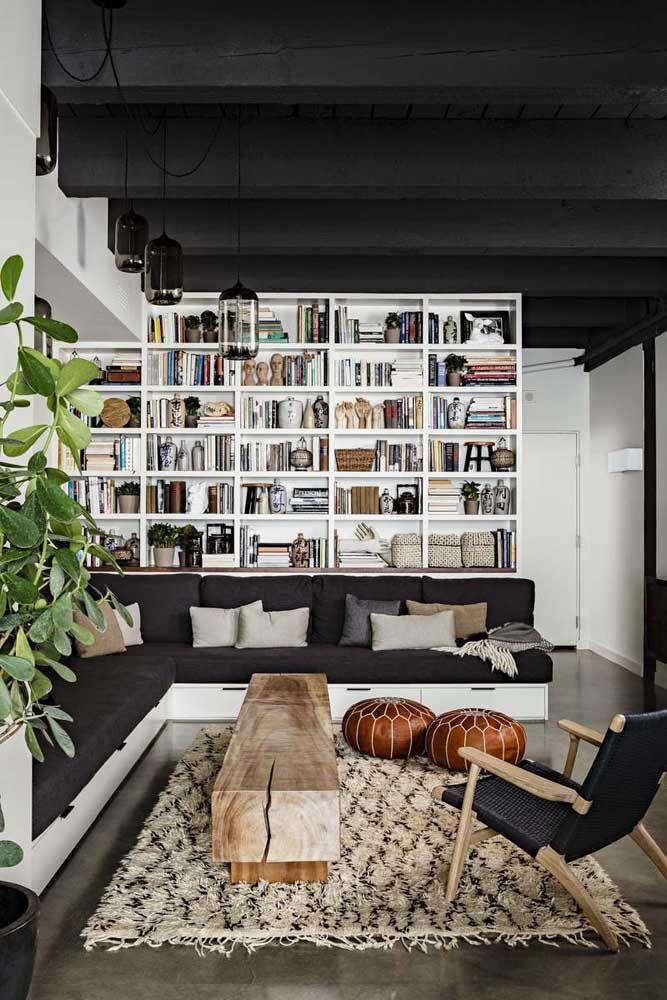 O espaço da sala foi ainda melhor aproveitado com as gavetas sob o sofá de canto; projeto possível em estofados com base fixa