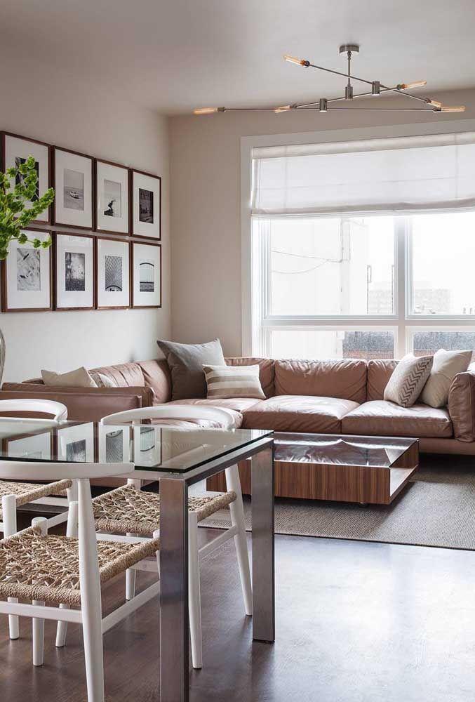 O sofá de canto aproveitou as paredes à frente da sala de jantar, servindo para ampliar e integrar os ambientes ao invés de dividi-los